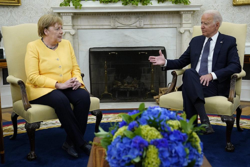 Präsident Joe Biden sitzt mit Angela Merkel im Oval Office des Weißen Hauses in Washington.