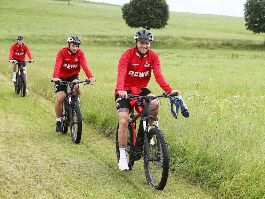 Ondrej Duda fährt mit dem Fahrrad zum Training des 1. FC Köln.