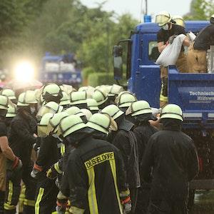 Düsseldorf: Feuerwehrleute arbeiten in der Ostparksiedlung. Die Feuerwehr versucht, die Wassermassen mit Sandsäcke zu stoppen.