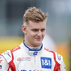 Mick Schumacher läuft im Rennanzug über die Rennstrecke der Formel 1 in Silverstone.