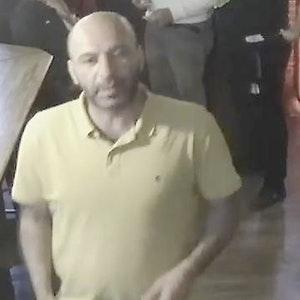 Mann mit gelbe Poloshirt wird von Polizei gesucht.