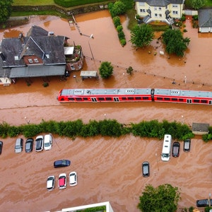 Ein Regionalzug steht im Bahnhof des Ortes Kordel in Rheinland-Pfalz am 15. Juli 2021 im Hochwasser.