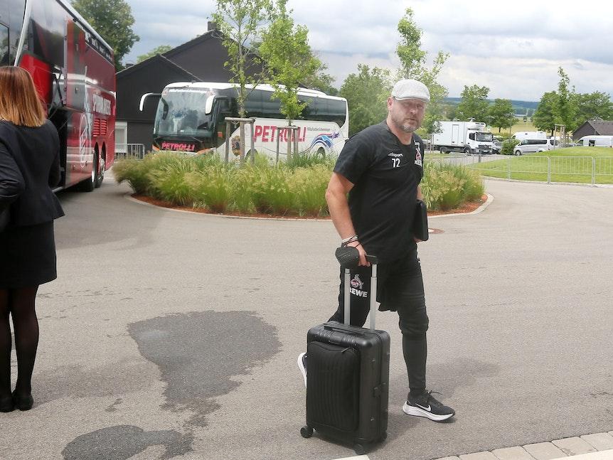 Steffen Baumgart kommt am Mannschaftshotel des 1. FC Köln an.