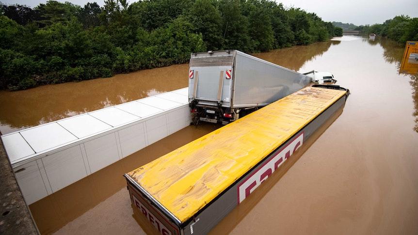 Erftstadt: Lastwagen sind auf der überfluteten Bundesstraße 236 ineinander verkeilt.