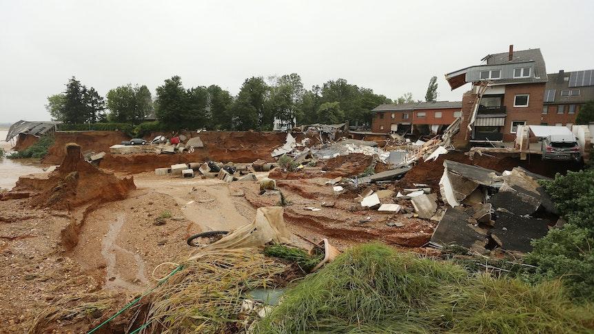 16.07.2021, Nordrhein-Westfalen, Erftstadt: Trümmer eingestürzter Häuser liegen im Ortsteil Bessem. Foto: David Young/dpa +++ dpa-Bildfunk +++