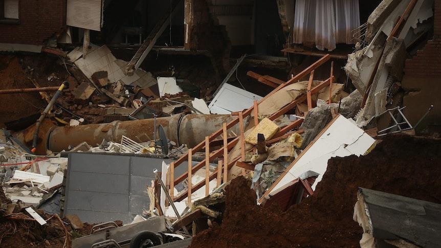 Trümmer eingestürzter Häuser liegen im Erftstädter Ortsteil Blessem. Foto: David Young/dpa +++ dpa-Bildfunk +++