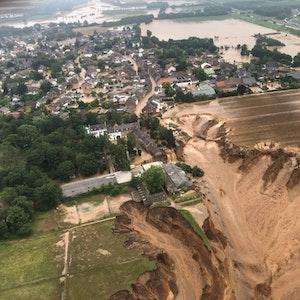 Die Ortslage Erftstadt-Blessem ist komplett überflutet. Dort sind am 16. Juli 2021 bereits Häuser eingestürzt.