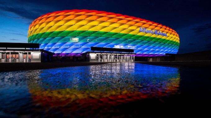 Die Allianz Arena in München erstrahlt am 10. Juli in Regenbogenfarben.