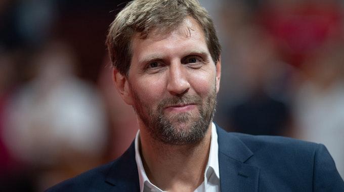 Dirk Nowitzki im Anzug als Gast bei der Basketball-WM 2019.