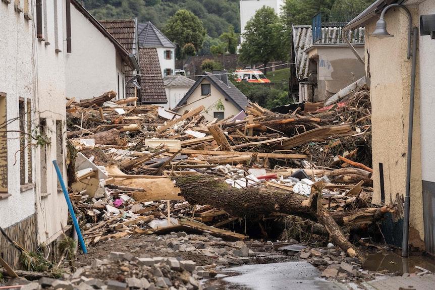 Müll in den Straßen von Schuld im Kreis Ahrweiler nach Hochwasser und Überschwemmungen
