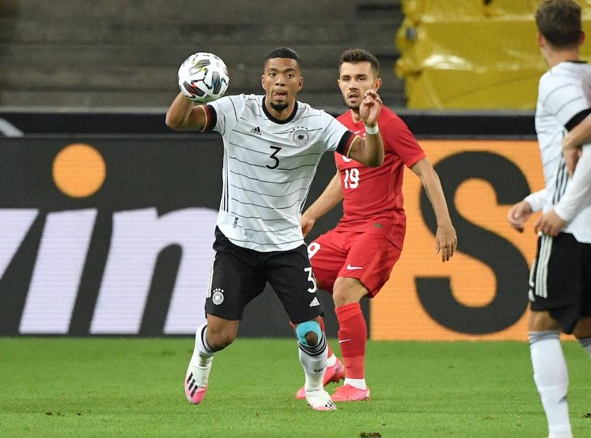 Benjamin Henrichs (l.) in einem Länderspiel gegen die Türkei 2020.