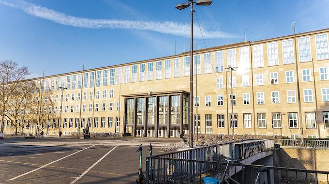 Das Gebäude der Universität zu Köln bei Sonnenschein.