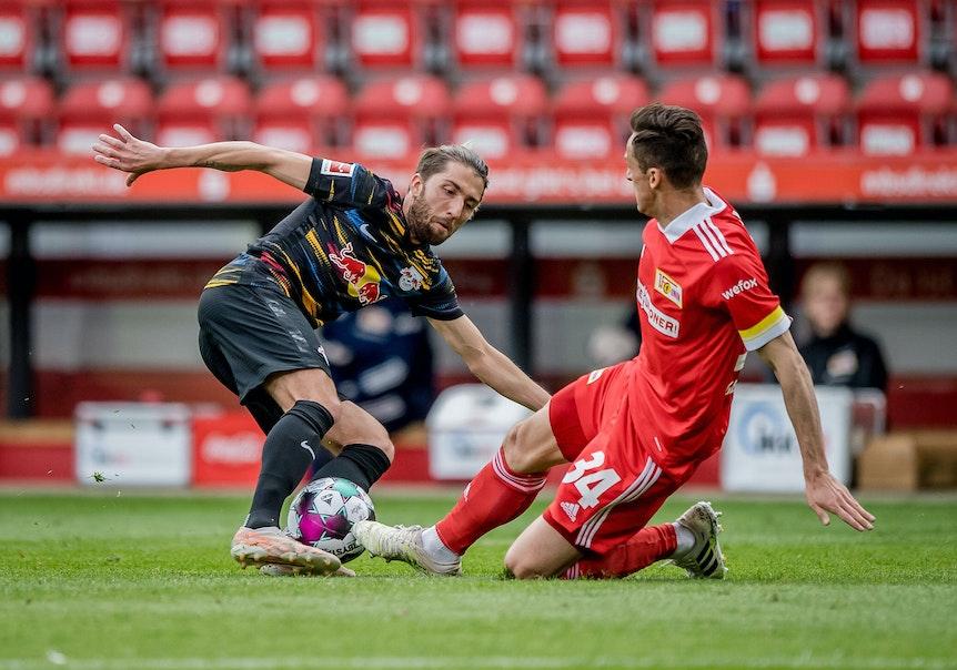 RB Leipzigs Kevin Kampl im Duell mit Christian Gentner (r.) vom 1. FC Union Berlin.