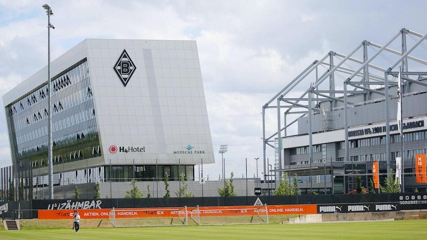 Das Trainingsgelaende mit Blick auf das H4 Hotel und den Borussia Park am 7. Juli 2021.