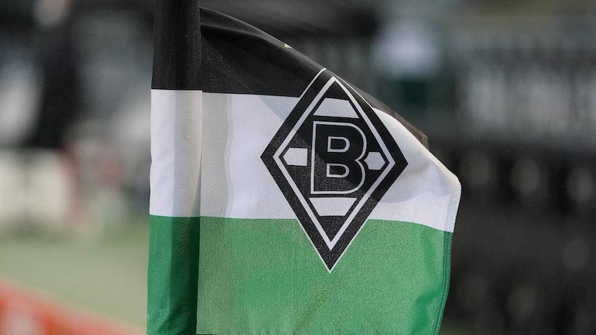 Eine der Eckfahnen im Borussia-Park weht beim Bundesliga-Spiel von Borussia Mönchengladbach gegen Werder Bremen am 19. Januar 2021 im Wind.