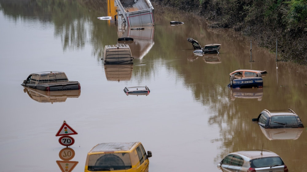 Häuser und Autos überflutet: Neben Rheinland-Pfalz wurden Orte in NRW wie etwa Erftstadt am schlimmsten von den Unwettern getroffen.