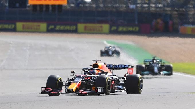 Max Verstappen fährt im Sprintrennen der Formel 1 vor Lewis Hamilton um eine Kurve.
