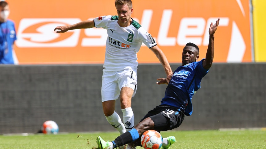 Gladachs Patrick Herrmann lieferte sich mit Jamilu Collins vom SC Paderborn hitzige Zweikämpfe im Testspiel am 17. Juli 2021 in der Benteler-Arena.