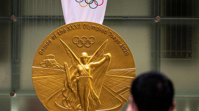 Die Gold-Medaille von Tokio 2021 in Übergröße bei einer Ausstellung in der japanischen Hauptstadt.