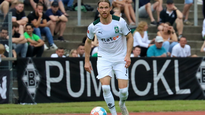 Gladbachs Michael Lang führt den Ball beim Testspiel gegen Viktoria Köln am 10. Juli 2021 im Grenzlandstadion
