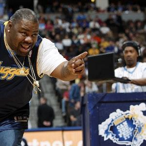 Der am 16. Juli verstorbene US-Rapper Biz Markie bei einem Basketballspiel der Denver Nuggets.