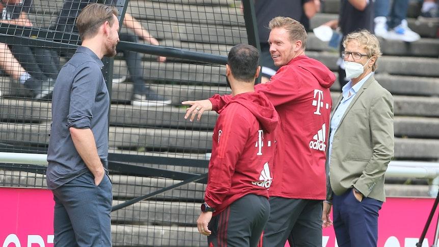 Julian Nagelsmann spricht beim Testspiel 1. FC Köln gegen FC Bayern München mit Thomas Kessler.