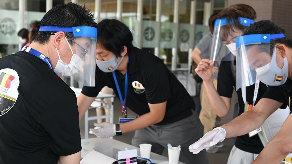 Mitarbeiter sortieren Corona-Tests bei den Olympischen Spielen am 17. Juli 2021.