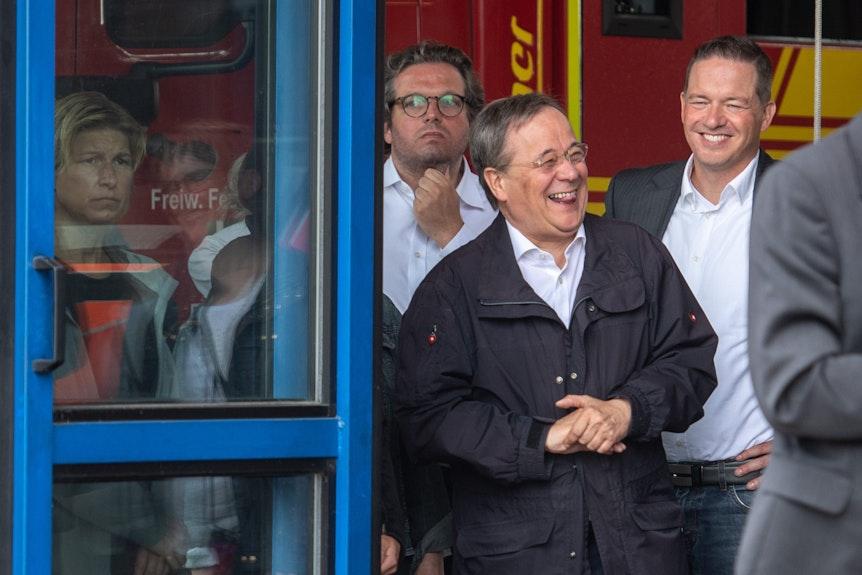 17.07.2021, Nordrhein-Westfalen, Erftstadt: Armin Laschet (CDU), Ministerpräsident von Nordrhein-Westfalen, lacht während Bundespräsident Steinmeier (nicht im Bild) ein Pressestatement gibt.