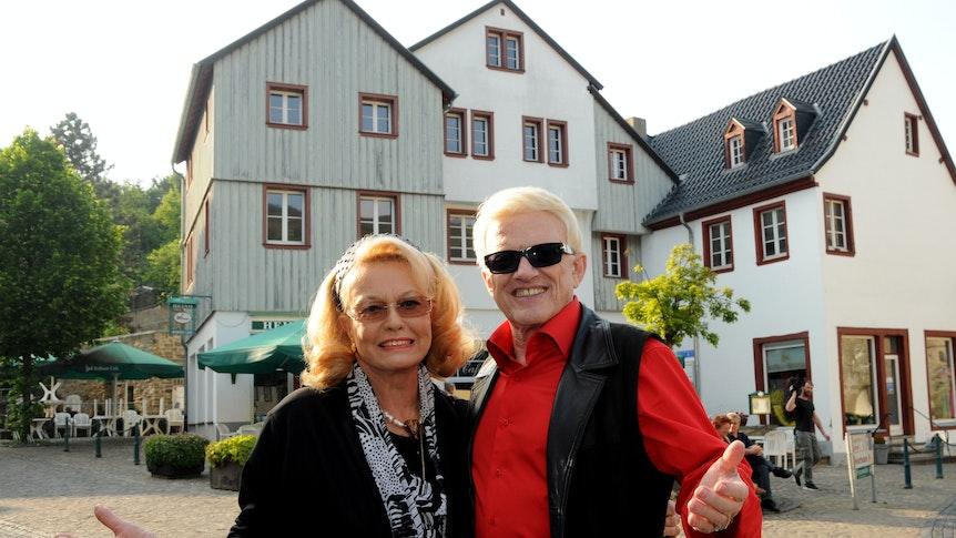 Sänger Heino und seine Frau Hannelore stehen am Mittwoch (30.05.2012) in Bad Münstereifel vor dem legendären Rathaus-Café.