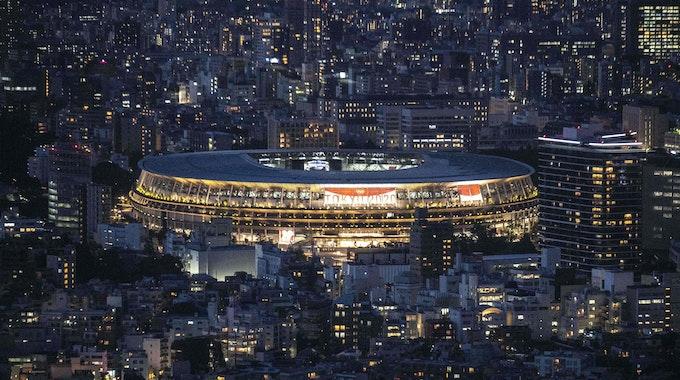 Das Nationalstadion von Tokio für Olympia 2021 bei Nacht.