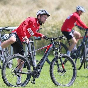 Louis Schaub steigt im Trainingslager des 1. FC Köln aufs Fahrrad.