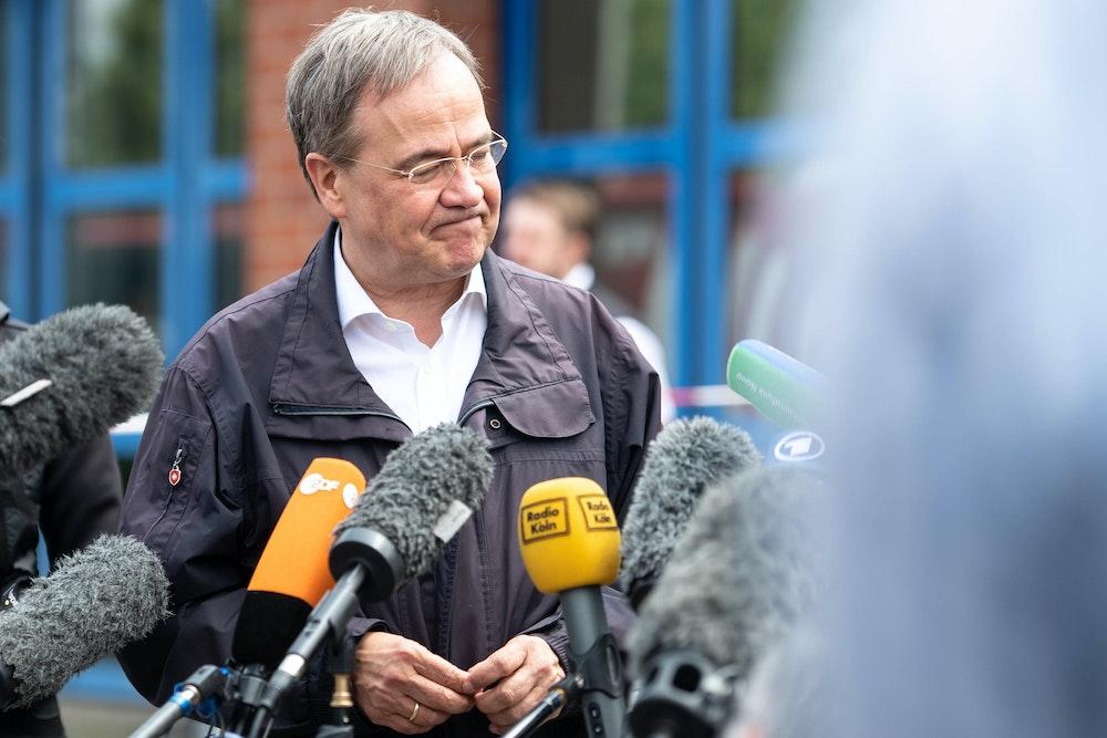 Armin Laschet gibt nach seinem Besuch der Feuerwehrleitzentrale ein Pressestatement.