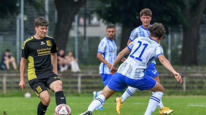 Florian Sander von der VSG Altglienicke im Zweimapf mit Ensar Aksakal von Hertha BSC II
