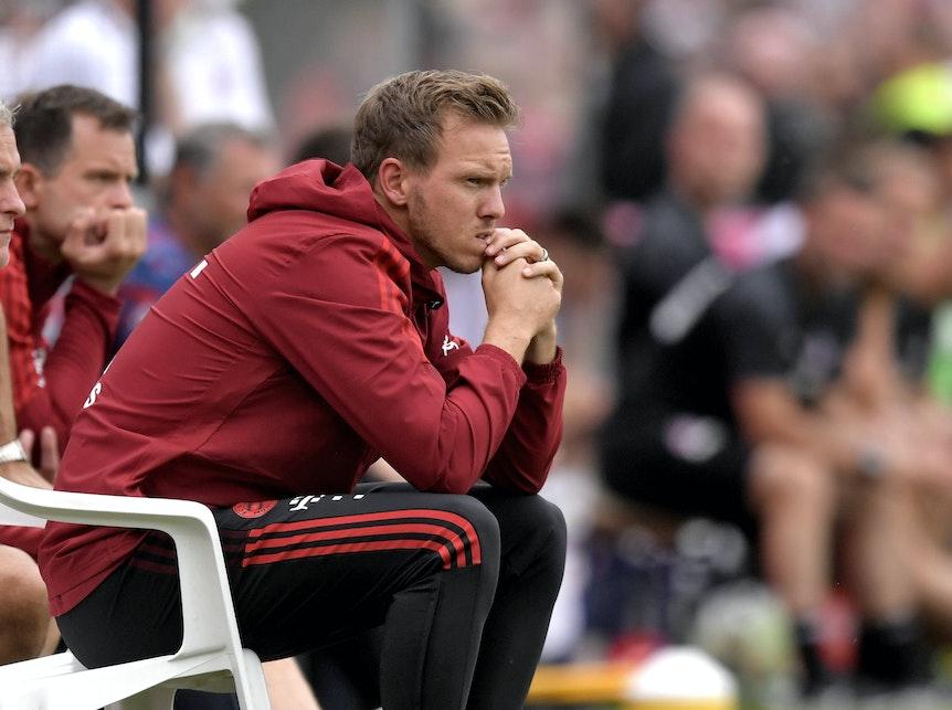 Enspannt sieht anders aus: Julian Nagelsmann bei seinem Debüt als Coach des FC Bayern.