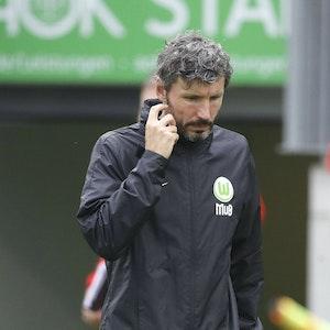 Mark van Bommel, Trainer des VfL Wolfsburg, am 14. Juli 2021 am Seitenrand.