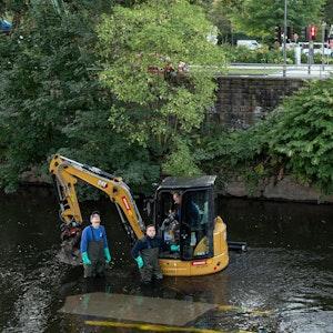 Die Skulptur eines Elefanten hängt über der Wupper an einem Kran.