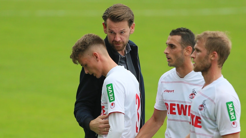 Thomas Kessler spricht mit den Spielern des 1. FC Köln nach dem Testspiel gegen den FC Bayern München.