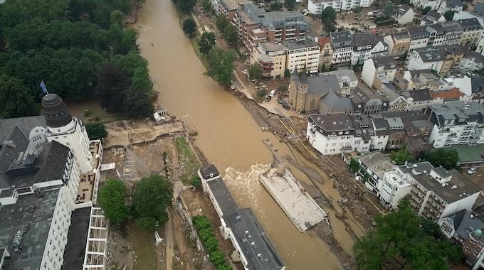 Eine Brücke, die auf Höhe des Kurhauses die Ahr überquerte, liegt jetzt mitten im Fluss.