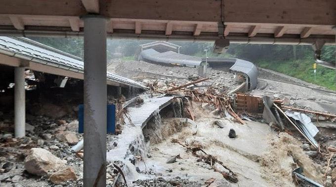 Die Eisarena am Königssee im Berchtesgadener Land ist durch das Unwetter stark beschädigt worden.