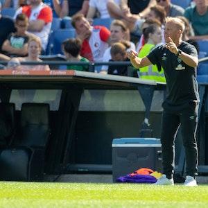 Markus Anfang gibt im Testspiel von Werder Bremen bei Feyenoord Rotterdam Anweisungen am Spielfeldrand.