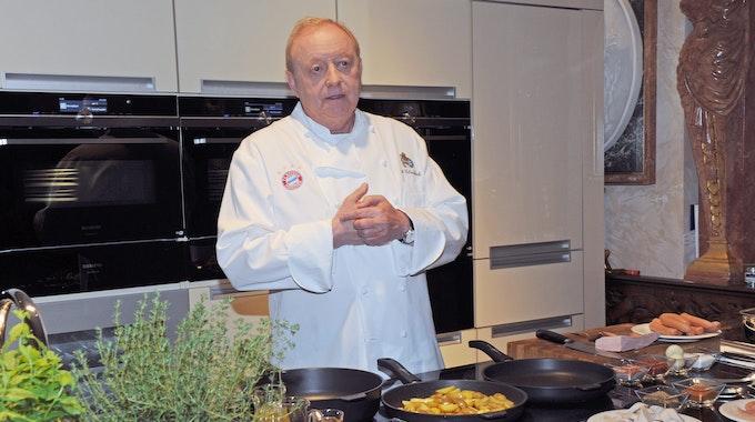 """Sternekoch Alfons Schuhbeck kocht 2019 während eines Pressetermins für die neuen Folgen """"Schuhbecks Küchenkabarett"""" in seiner Kochschule."""