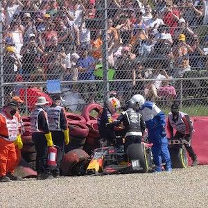Max Verstappen steigt nach dem Crash mit Lewis Hamilton in Silverstone aus seinem Red Bull.