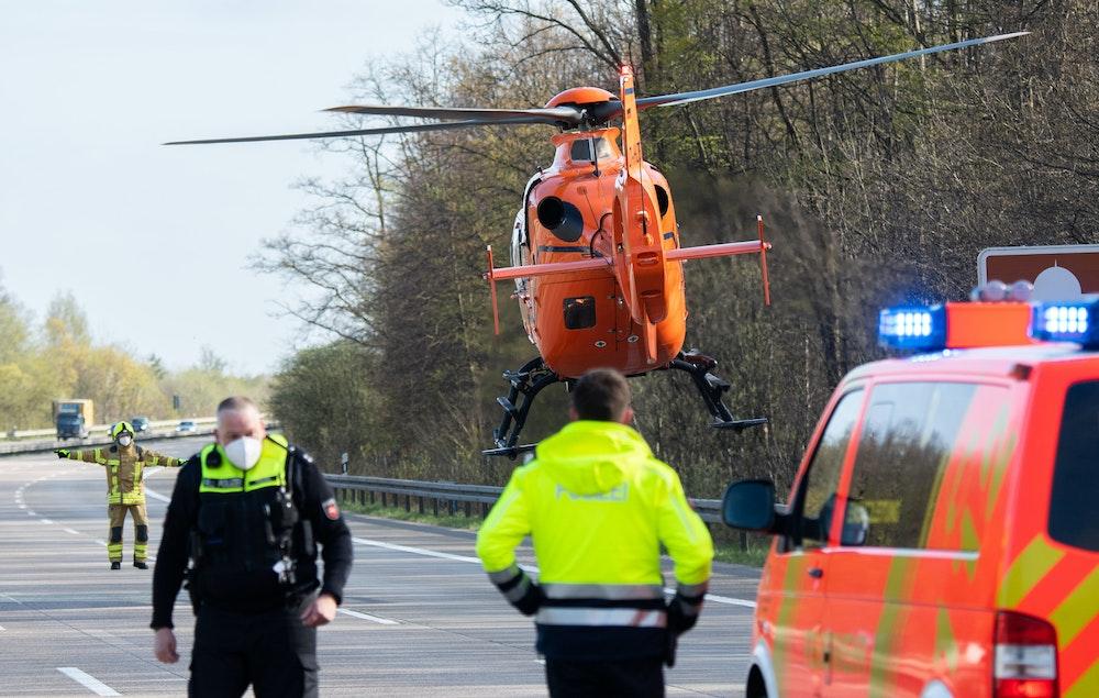 Der Rettungshubschrauber Christoph 4 startet nach einem Unfall auf der Autobahn A7.
