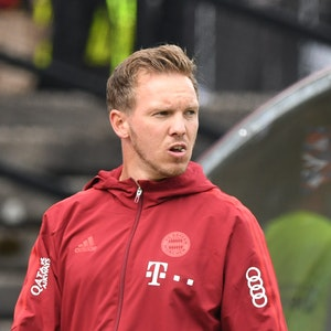 Bayern-Trainer Julian Nagelsmann mit nachdenklicher Miene beim Testspiel gegen den 1. FC Köln.