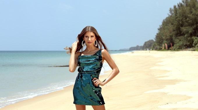 """Moderatorin Cathy Hummels an einem Strand in Thailand zu Beginn der Dreharbeiten für """"Kampf der Realitystars"""" (RTLZWEI)."""