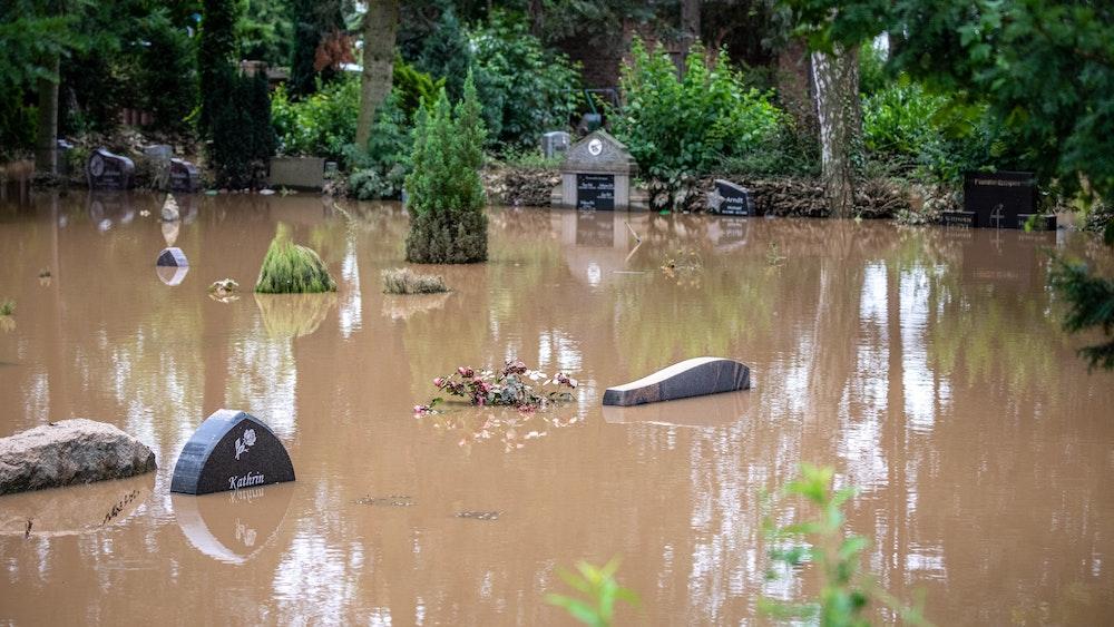 Der Friedhof im Ortsteil Liblar in Erftstadt ist überschwemmt.