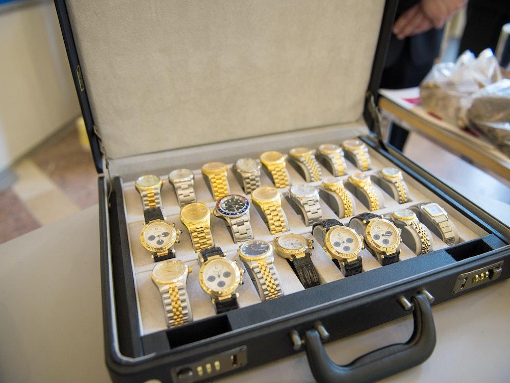 24 Luxusuhren werden in einem Koffer präsentiert.
