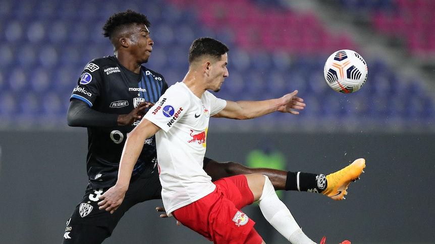 Verteidiger William Pacho (l.) von Independiente del Valle, einem Verein aus Ecuador. Auf diesem Foto ist der 18-Jährige am 14. Juli 2021 zu sehen. Er bedrängt seinen Gegenspieler und versucht, an den Ball zu kommen.
