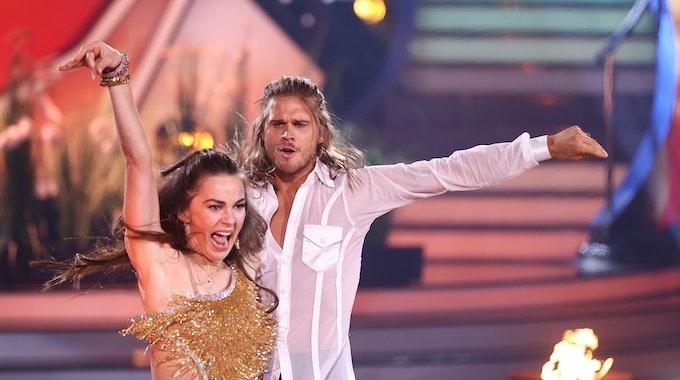 """Rúrik Gíslason und Renata Lusin tanzen während """"Let's Dance""""."""