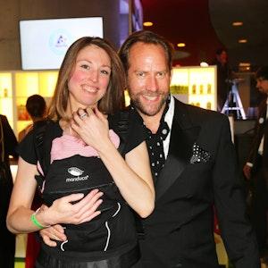 Regisseur Michael Simon de Normier posiert mit Frau Simone und Baby bei der Verleihung des GreenTec Awards 2015.